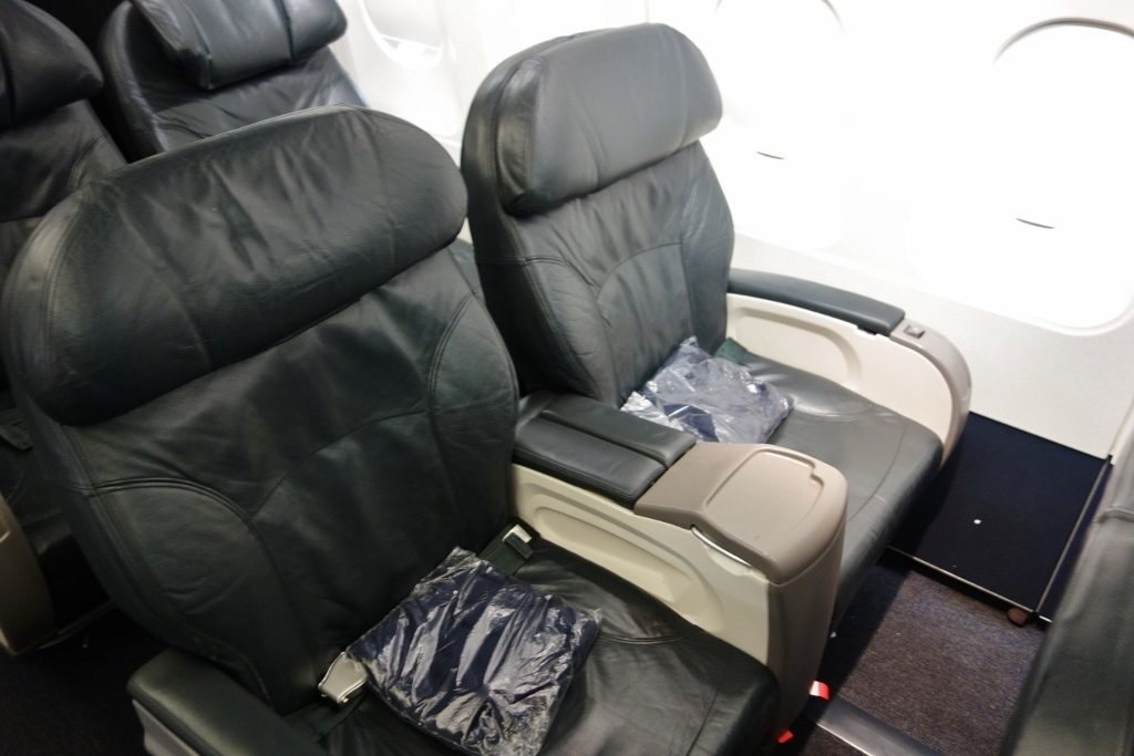United Airlines Fleet Airbus A320-200 Business Class:Domestic First:United First cabin seats row layout photos
