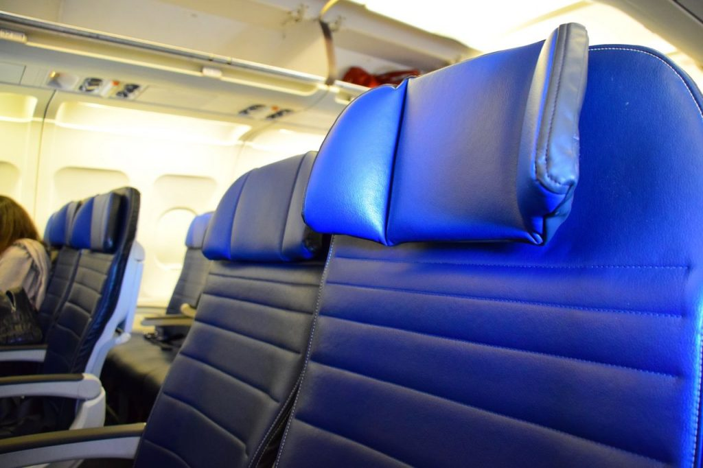United Airlines Fleet Airbus A320-200 Main Cabin Economy Class Seat details with adjustable headrest Photos