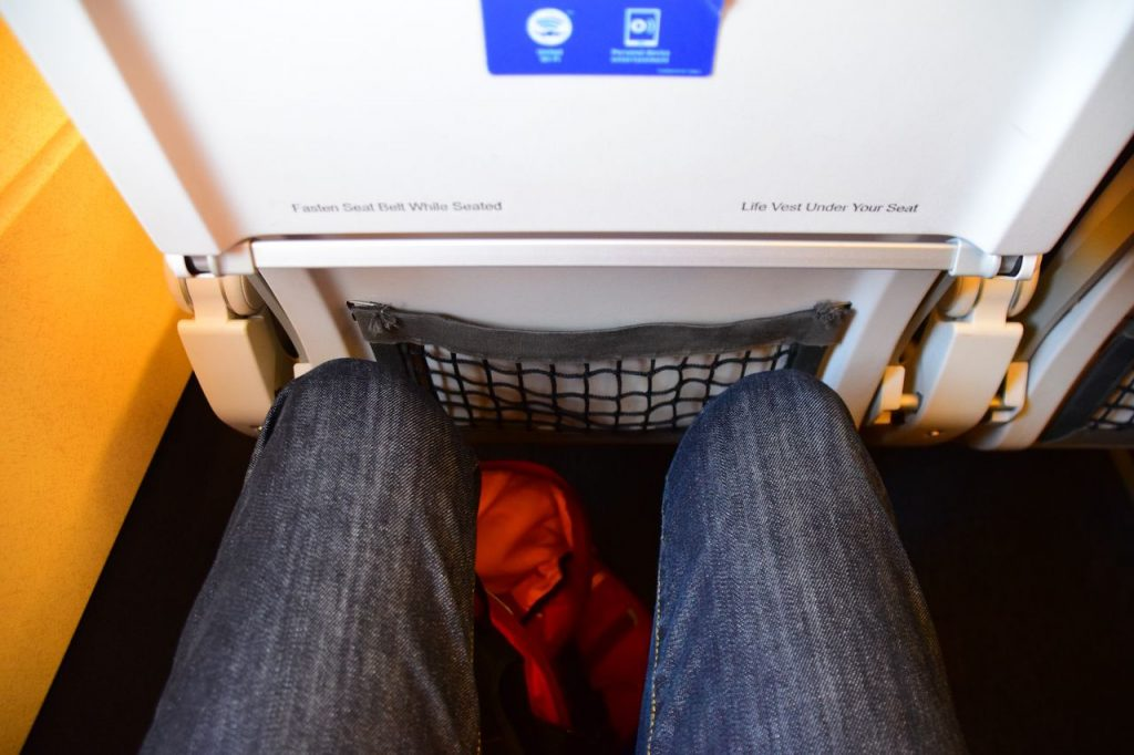 United Airlines Fleet Airbus A320-200 Main Cabin Economy Class Seats Pitch Tight Legroom Photos