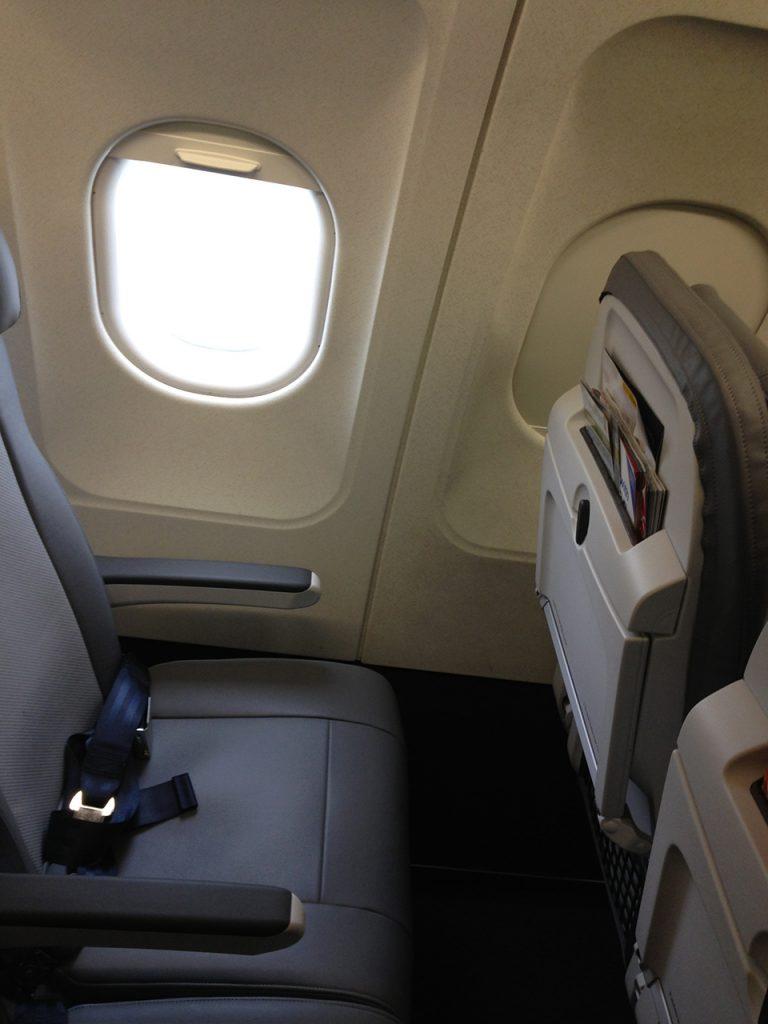 United Airlines Fleet Airbus A320-200 Main Cabin Economy Class retrofitting Recaro seats window and pockets Photos