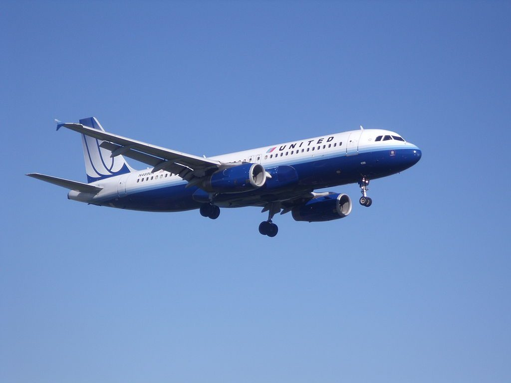 United Airlines Fleet Airbus A320-200 on final approach before landing at Ronald Reagan Washington National Airport