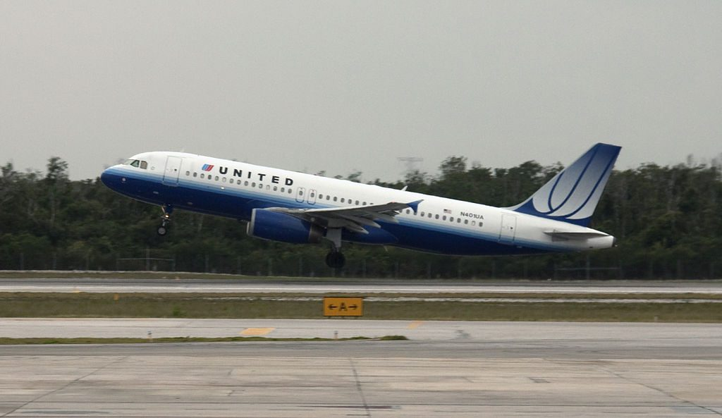 United Airlines Narrow Body Aircraft Airbus A320-232 N401UA Takeoff and Landing at Cancun Airport