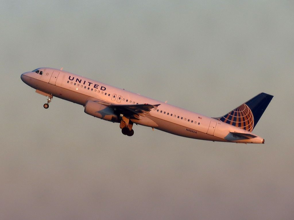 United Airlines Narrow Body Aircraft N424UA Airbus A320-200 takeoff and landing at Detroit Metropolitan Wayne County Airport