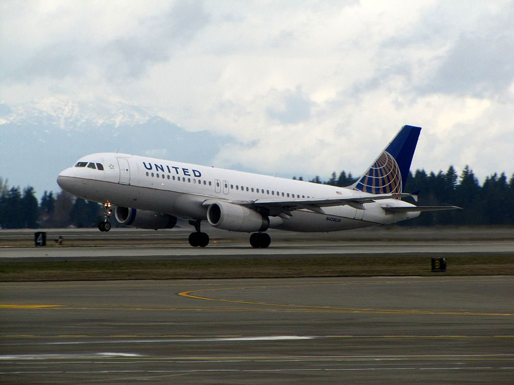 United Airlines Narrow Body Aircraft N424UA Airbus A320-200 takeoff and landing at Seattle-Tacoma International Airport