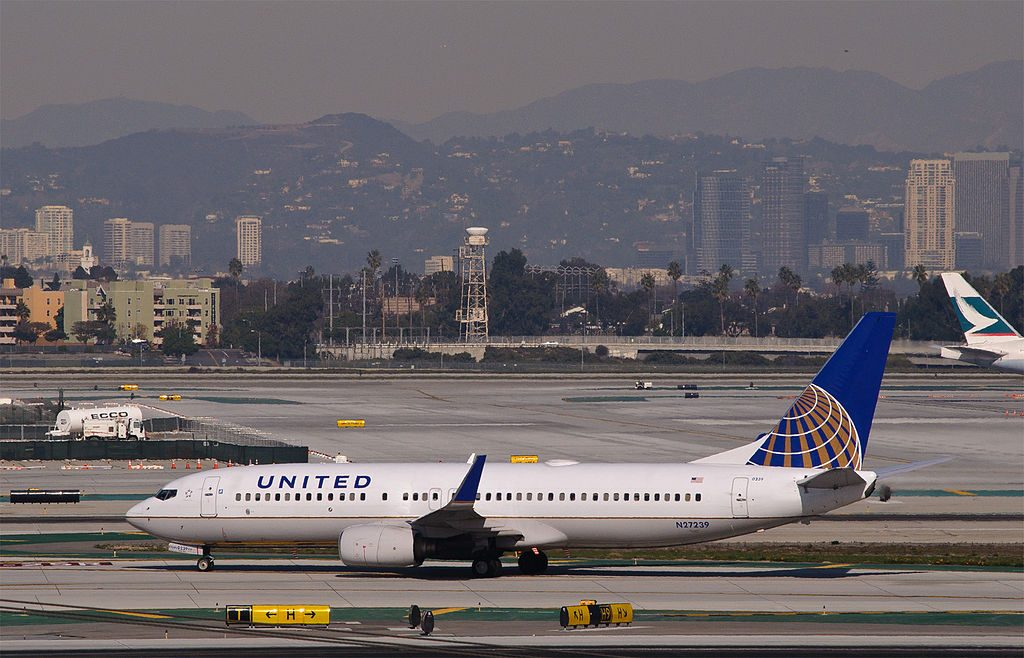 N27239 Boeing 737-800 United Airlines Fleet (ex-Continental) arrives from Boston