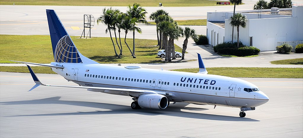 Narrow Body Aircraft Boeing 737:8WS of United Airlines N24212 at West Palm Beach-PBI, Florida