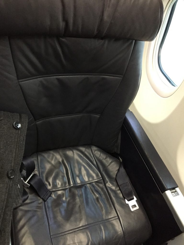 United Airlines Aircraft Fleet Boeing 737-900ER Business:First Class Recliner Seats Photos