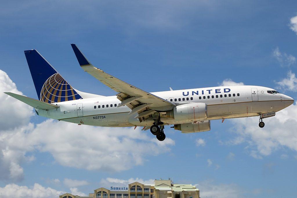 United Airlines Aircraft Fleet N27724 (ex Continental Airlines) Boeing 737-724 winglets cn:serial number- 28791:283 short final at Philipsburg : St. Maarten - Princess Juliana (SXM : TNCM), St. Maarten