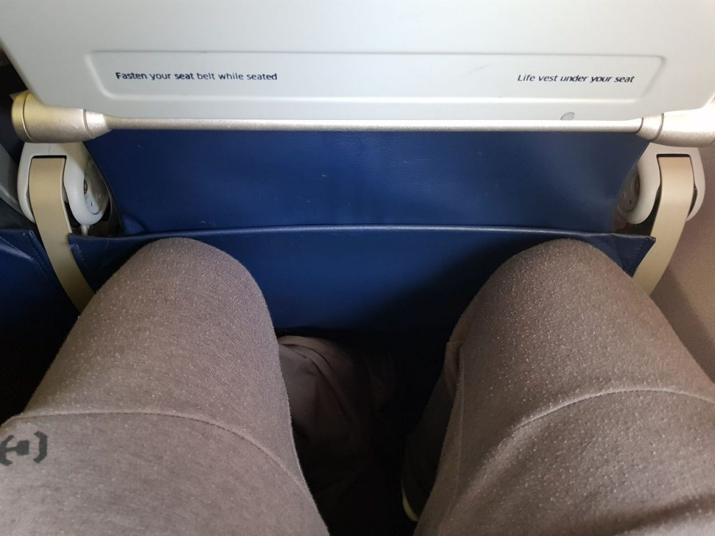 United Airlines Fleet Boeing 737-800 Main Cabin Economy Class Seats Pitch Legroom Photos