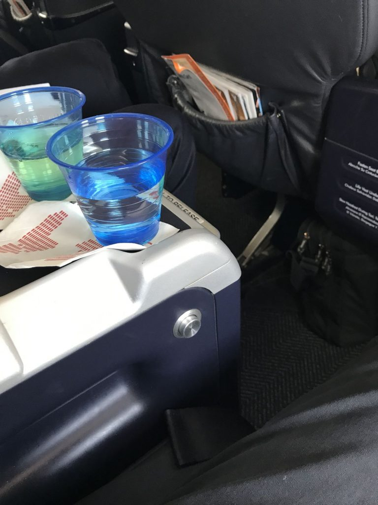 United Airlines Fleet Boeing 737-900 Business:First Class:United First Pre-Departure Drinks Services