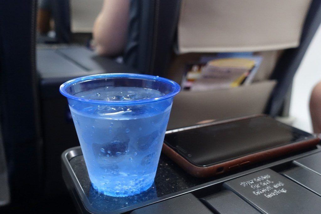 United-Airlines-Fleet-Boeing-737-Max-9-N67501-Aircraft-first-class-cabin-Amenities-Food-and-Beverage-pre-departure-drinks.jpg