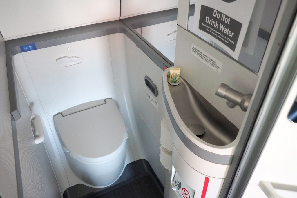 United-Airlines-Fleet-Boeing-737-Max-9-N67501-Aircraft-narrow-lavatorytoiletbathroom-photos.jpg