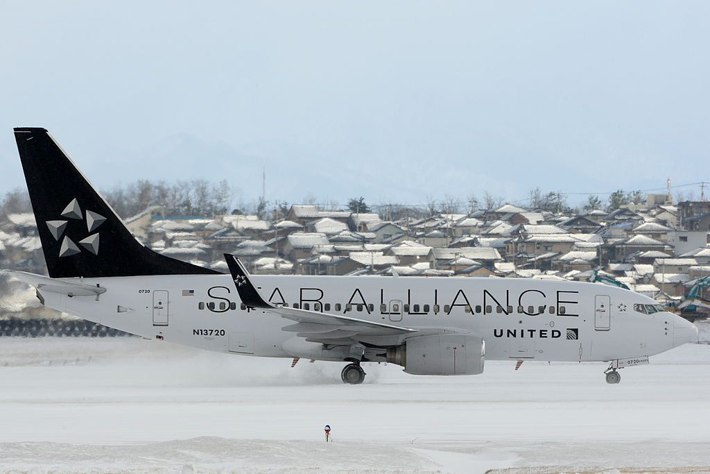 United Airlines Fleet N13720 Boeing 737-724 cn:serial number- 28939:214 in Star Alliance Livery Colors at at Niigata Airport