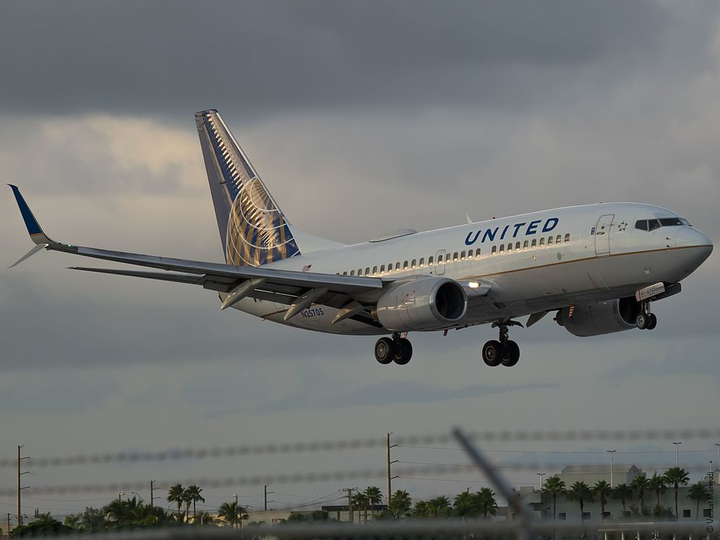 United Airlines Fleet N25705 (ex Continental Airlines) Boeing 737-724 cn:serial number- 28766:46 short final before landing at Miami International Airport