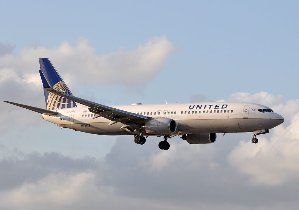 United Airlines Fleet N73278 Boeing B737-824 on short final before landing at MIA Miami International Airport