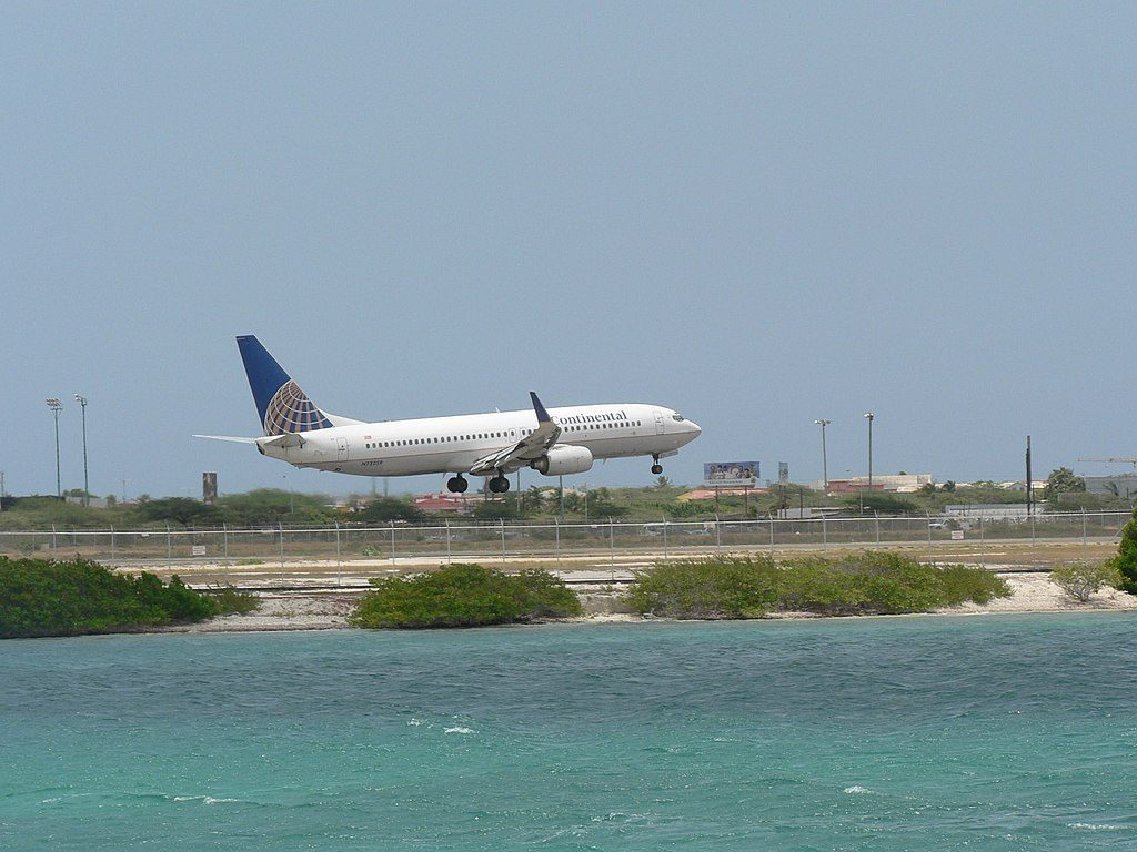 United Airlines Fleet (ex-Continental) Boeing 737-800 (N73259) landing at Queen Beatrix International Airport