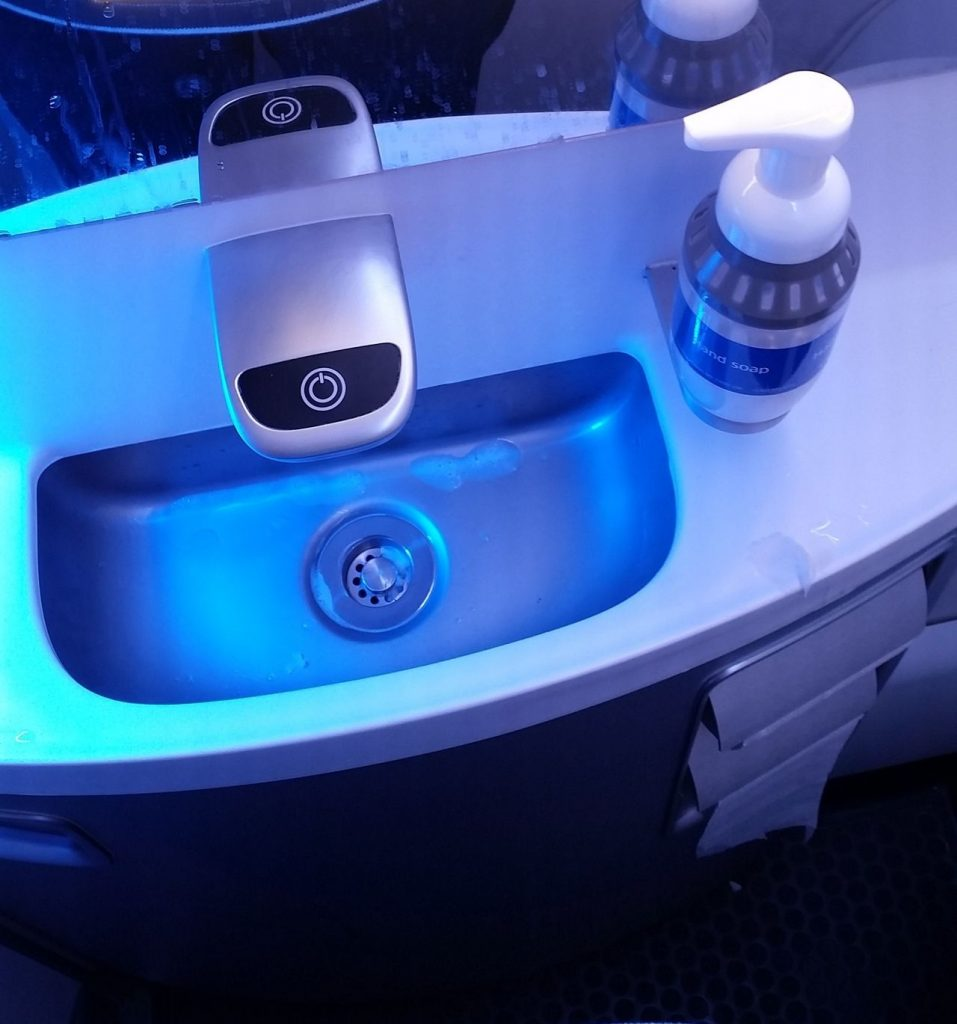 united airlines aircraft fleet boeing 737-900er premium eco:economy plus toilet:bathroom:lavatory photos-2