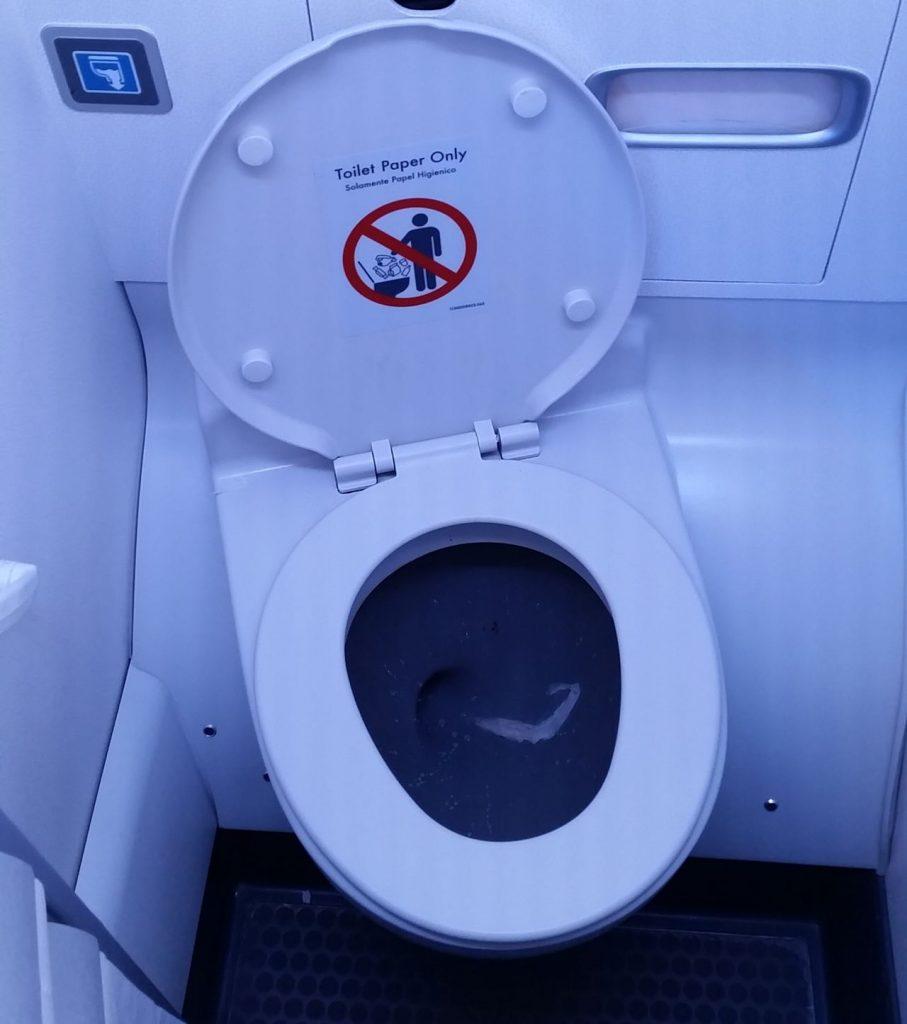 united airlines aircraft fleet boeing 737-900er premium eco:economy plus toilet:bathroom:lavatory photos