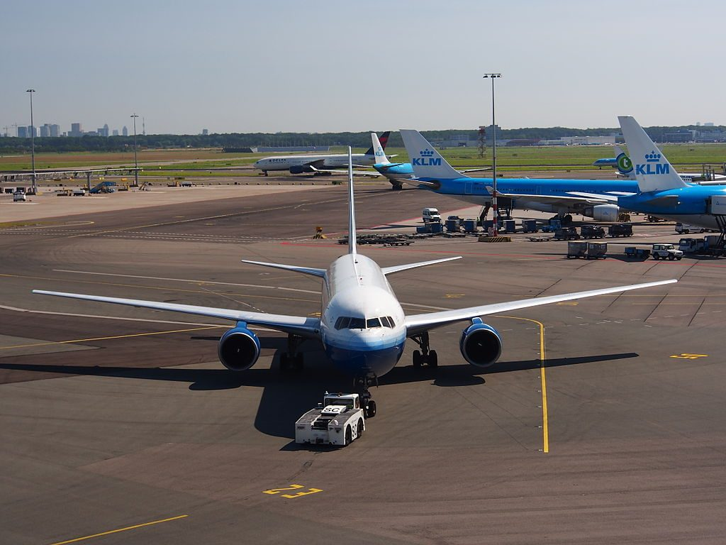 N655UA United Airlines Fleet Boeing 767 322ER cn 25393 pushback at Schiphol Amsterdam airport IATA AMS ICAO EHAM