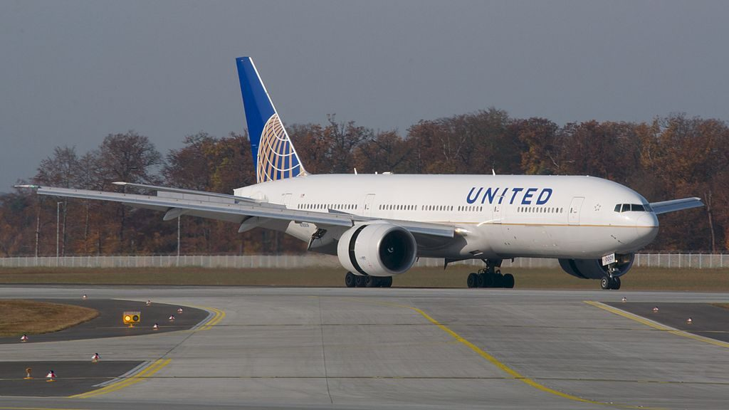 United Aircraft Fleet Continental Airlines Boeing 777 200ER N78009 reverse thrust engines at Frankfurt Airport IATA FRA ICAO EDDF Germany