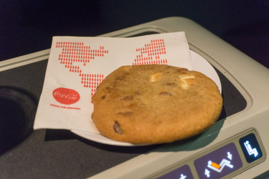 United Airlines Aircraft Fleet Boeing 757-200 Polaris Business:First Class Pre-Arrival Snacks Services - warm chocolate-chip-and-marshmallow cookies