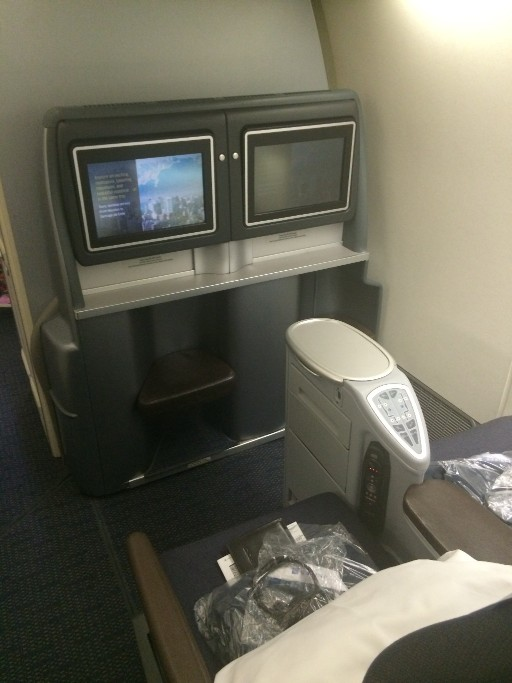 United Airlines Aircraft Fleet Boeing 777 200 Pre Merger BusinessFirst Class Cabin Seats Layout with amenity kit