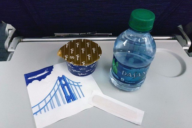 United Airlines Aircraft Fleet Boeing 777 200ER Economy Class Cabin inflight amenities Ice cream and bottled water