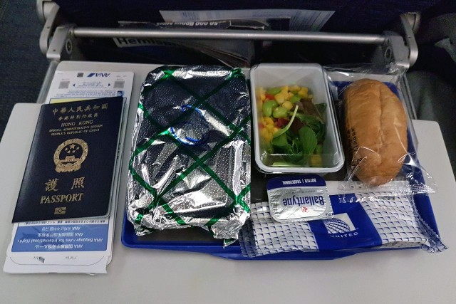 United Airlines Aircraft Fleet Boeing 777 200ER Economy Class Cabin inflight amenities meals food menu services