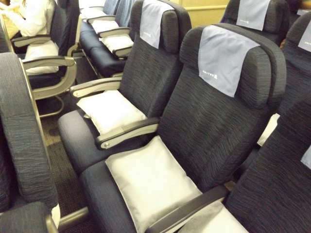 United Airlines Aircraft Fleet Boeing 777 200ER Economy Class Cabin middle seats row photos
