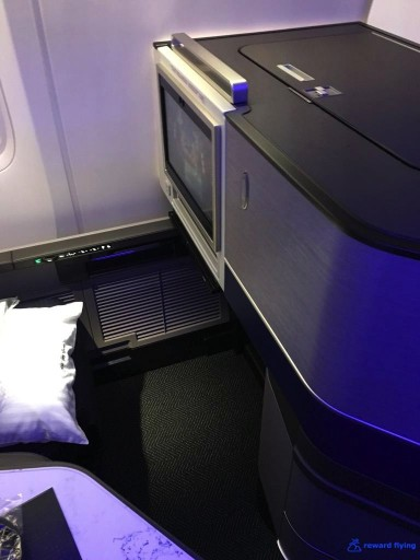 United Airlines Aircraft Fleet Boeing 777 300ER Polaris Business Class Cabin bulkhead seats rows 1 and 9 have more legroom @rewardflying