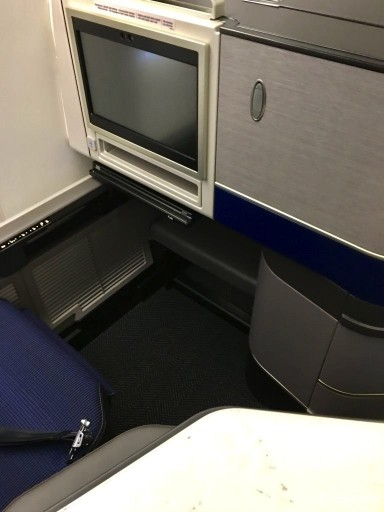 United Airlines Aircraft Fleet Boeing 777 300ER Polaris Business Class cabin Listed legroom when lying flat is 75 inches