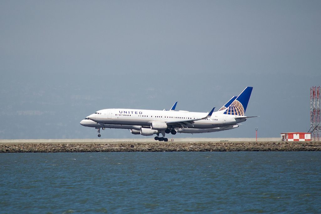 United Airlines Aircraft Fleet N502UA Boeing 757-224 cn:serial number- 24623:246 parallel landing, SFO, runways 28 L and R