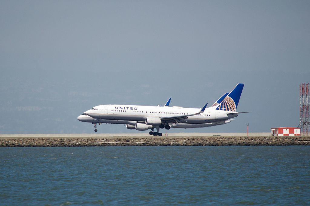 United Airlines Aircraft Fleet N502UA Boeing 757-224 cn:serial number- 24623:246 parallel landing, SFO, runways 28 L and R
