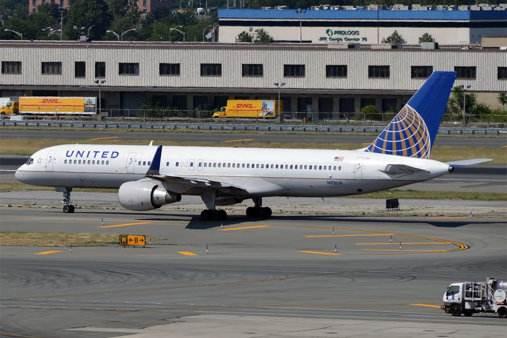 United Airlines Aircraft Fleet N512UA Boeing 757-222wl cn:serial number- 24809:298 taxiing and lineups before takeoff