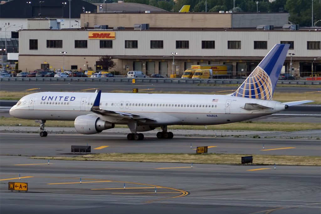 United Airlines Aircraft Fleet N568UA Boeing 757-222wl cn:serial number- 26674:498 lining up before take off