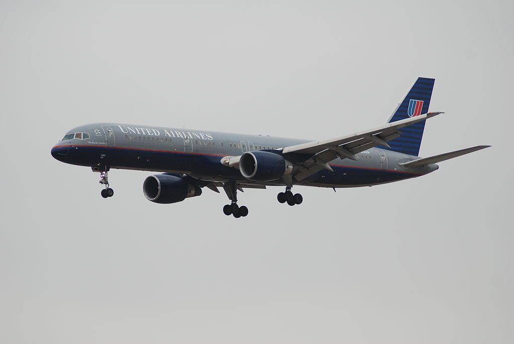 United Airlines Aircraft Fleet N595UA Boeing 757-222 cn:serial number- 28748:789 on old livery colors final approach at LAX