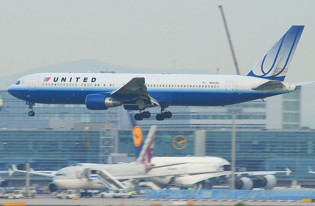 United Airlines Fleet Boeing 767 322ER N662UA short final at Frankfurt Airport IATA FRA ICAO EDDF Germany