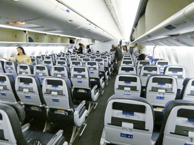 United Airlines Fleet Widebody Aircraft Boeing 777 200 Economy Class cabin interior configuration and seats 3 4 3 layout photos