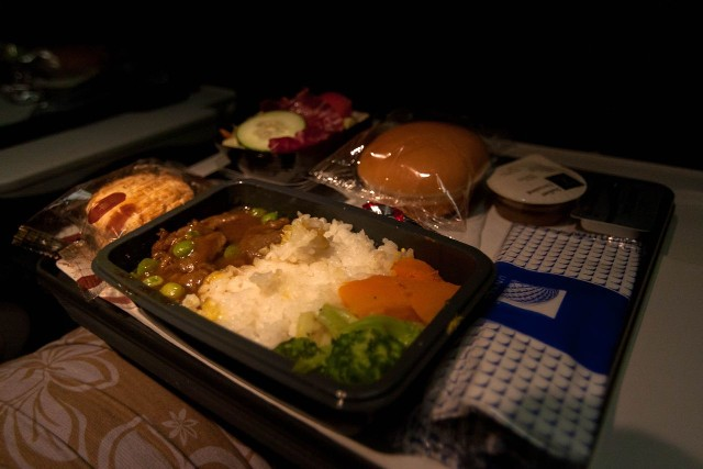 United Airlines Fleet Widebody Aircraft Boeing 777 200 Economy Class cabin long haul flight inflight amenities dinnerfoodmeal curry beef rice menu