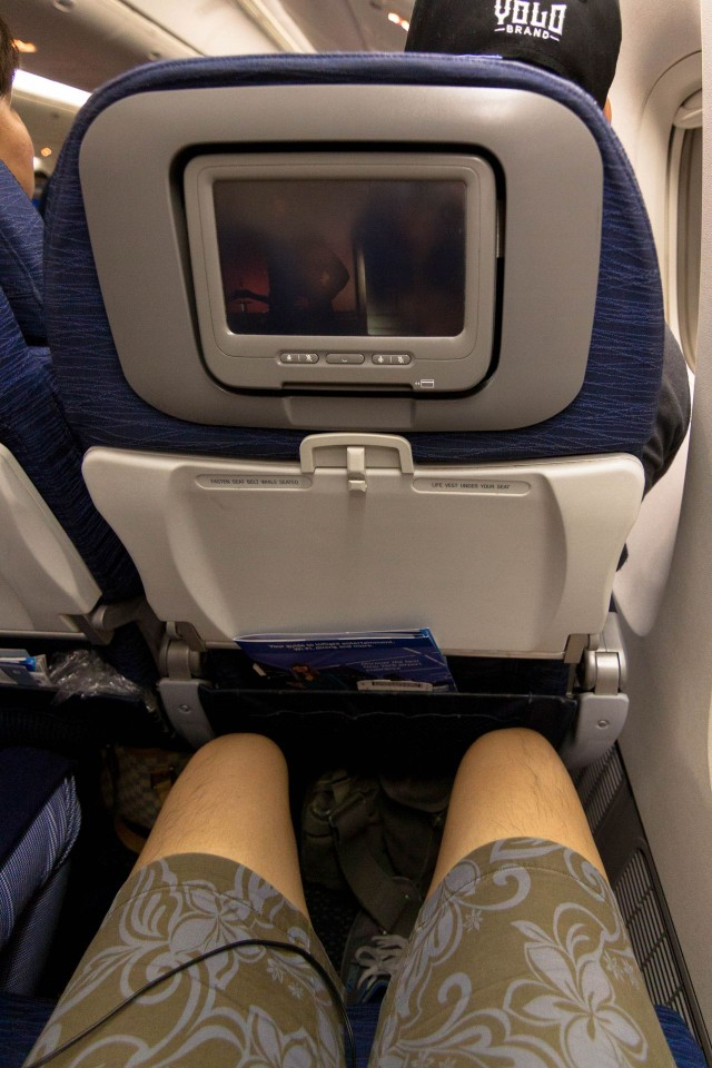 United Airlines Fleet Widebody Aircraft Boeing 777 200 Economy Class cabin long haul flight seats pitch legroom