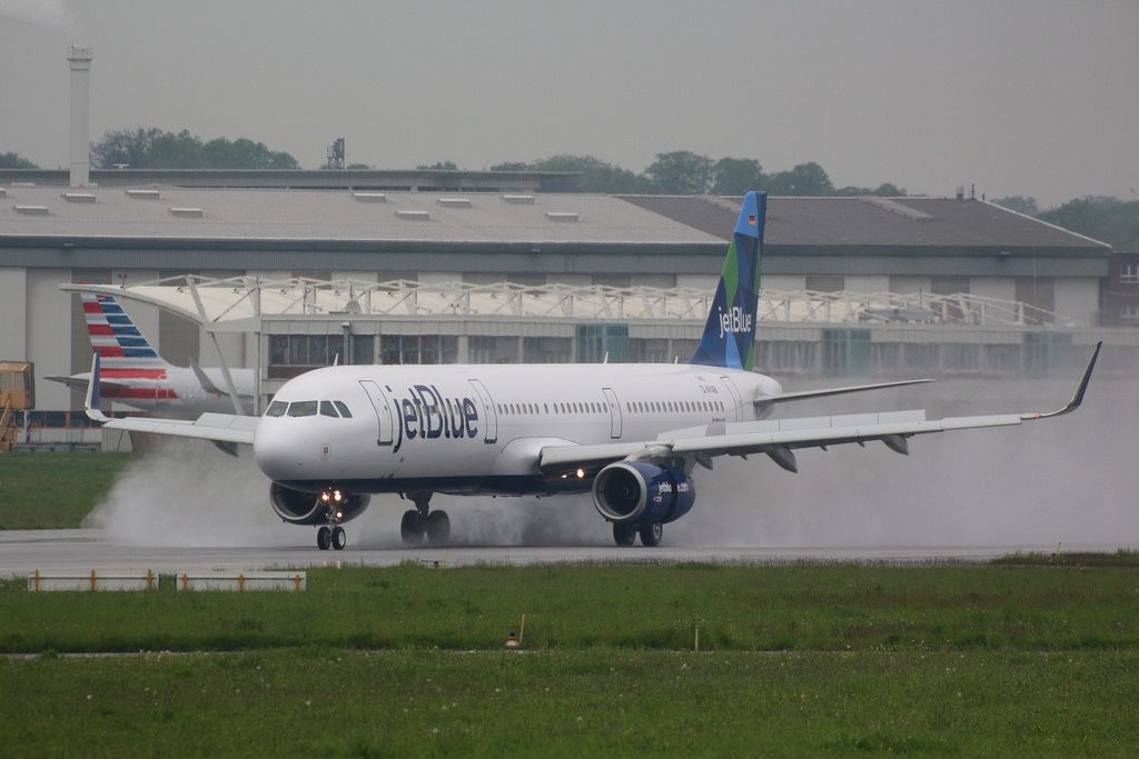 Airbus A321 200 JetBlue Airways N981JT The Royal TreatMint landing with reverse thrust engines