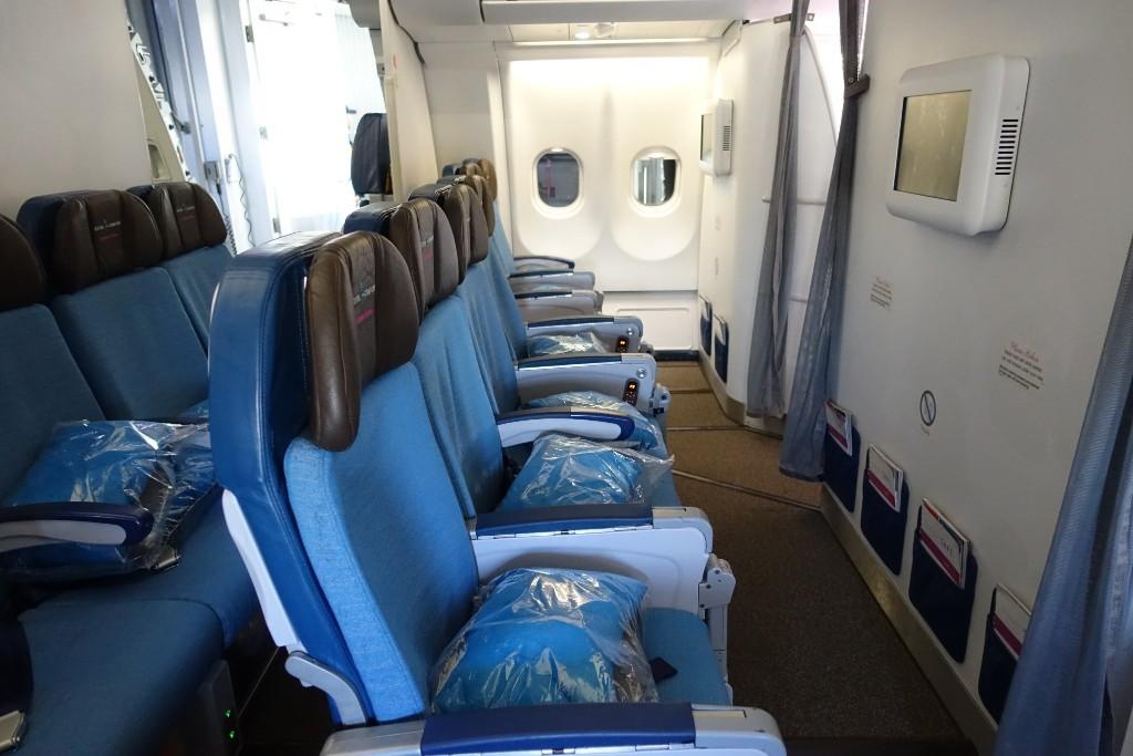 Airbus A330 200 Hawaiian Airlines Extra Comfort Premium Seating Mini