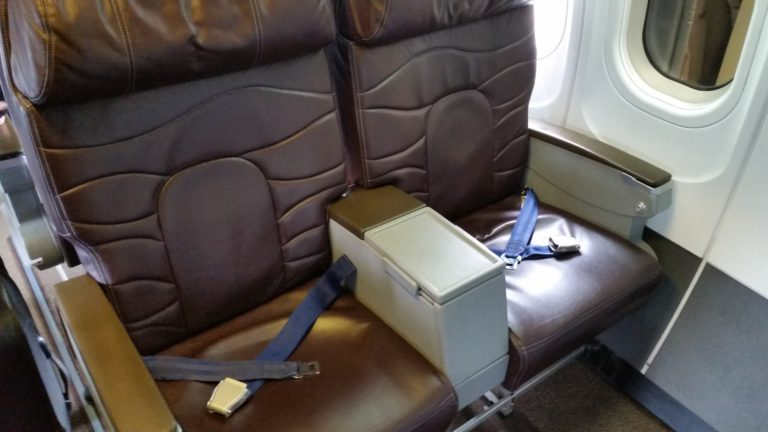 Boeing 717 200 Hawaiian Airlines 8 first class seats in 2 rows in a 2 2 configuration