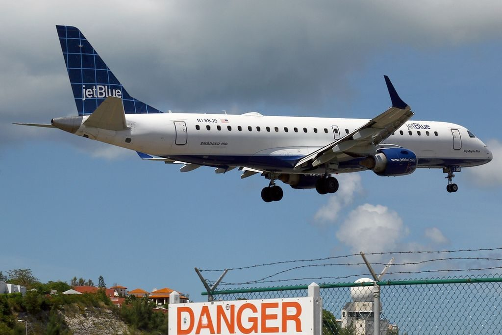 Embraer ERJ 190 100IGW 190AR JetBlue Airways N198JB Blue 4 U at St. Maarten Princess Juliana SXM TNCM