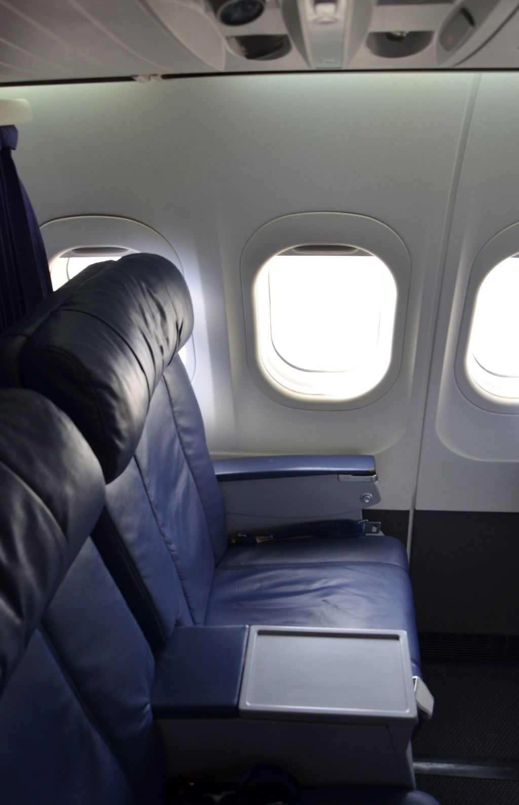 Hawaiian Airlines Boeing 717 200 first class cabin 2 2 seats photos