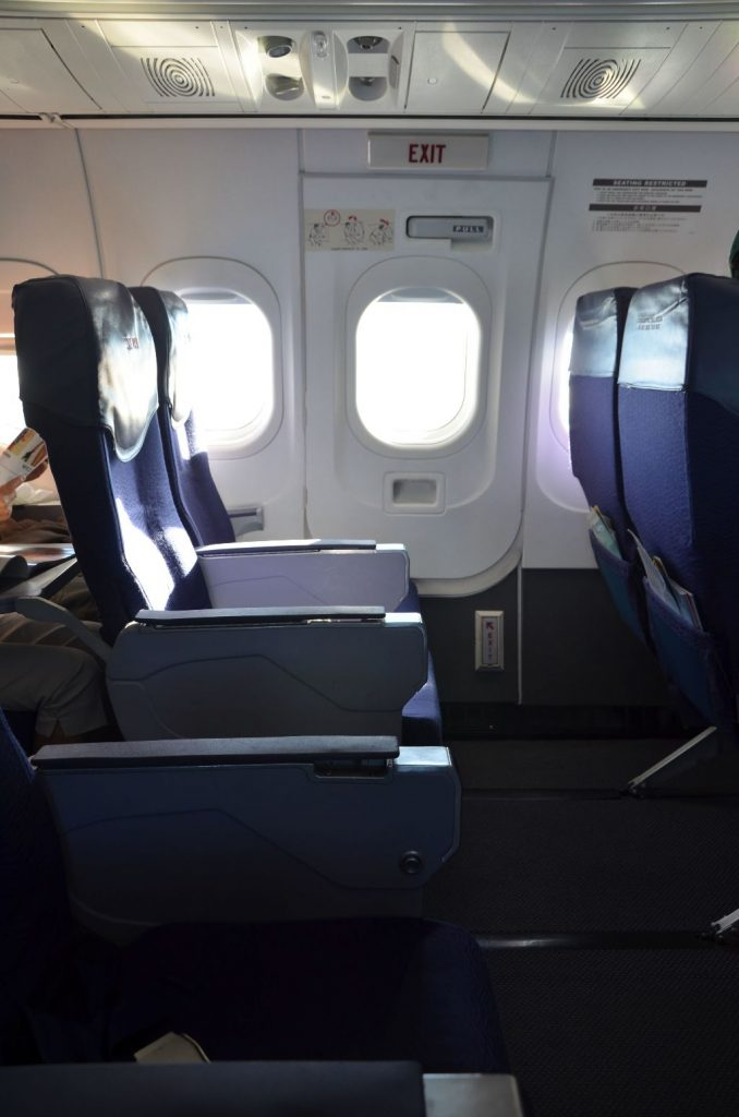 Hawaiian Airlines Boeing 717 200 first class seats row photos