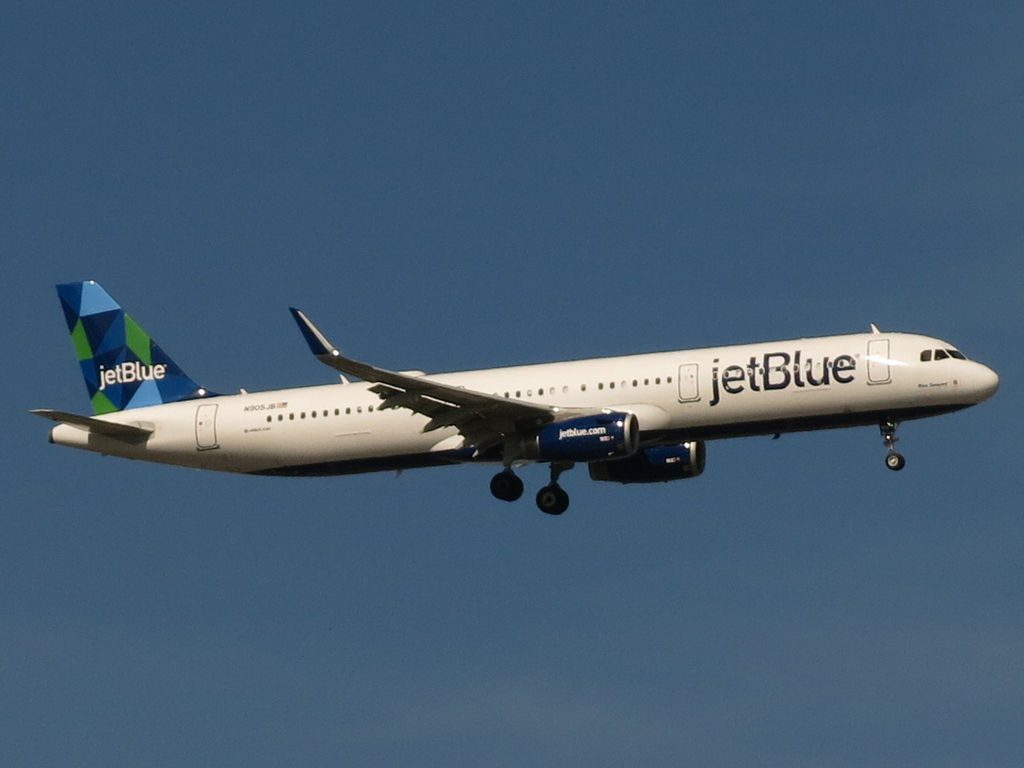 JetBlue Airbus A321 231 N905JB Blue Swayed on short final from Hollywood International Airport approaching JFK Airport in New York City