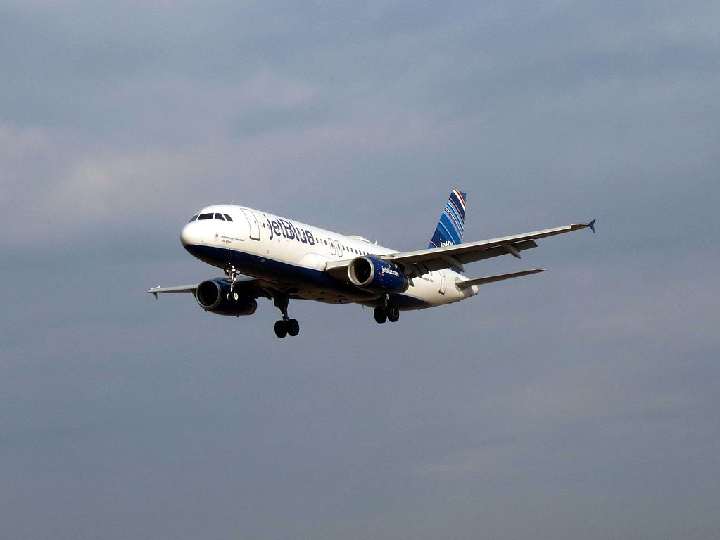 N588JB jetBlue Airways Airbus A320 232 Hopelessly Devoted to Blue final approach at Nashville International Airport