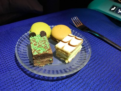 United Airlines Aircraft Fleet Boeing 787 8 Dreamliner Polaris BusinessFirst Class Cabin Lunch Service – Variety Of Sweets For Dessert