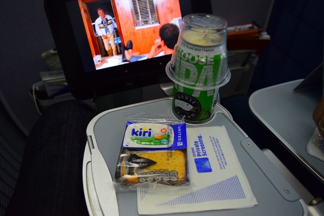 United Airlines Aircraft Fleet Boeing 787 9 Dreamliner Economy Plus Premium Eco Class Cabin aperitif service Goose Island IPA and cheese crackers